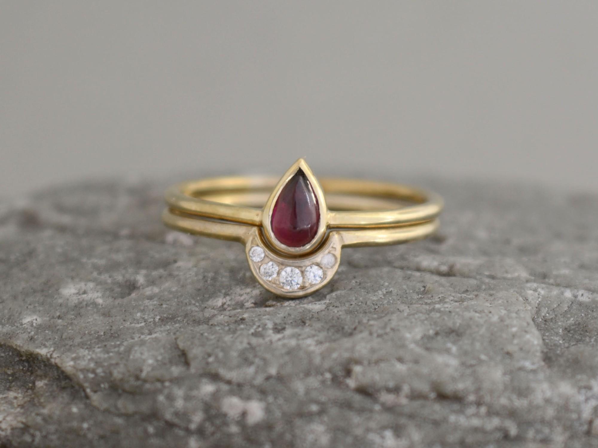sada zlatých prstenů s granátem a zirkony olivínem