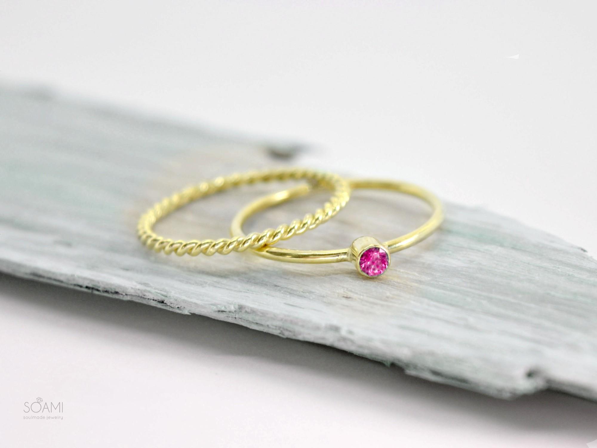sada zlatých prstenů s rubínem