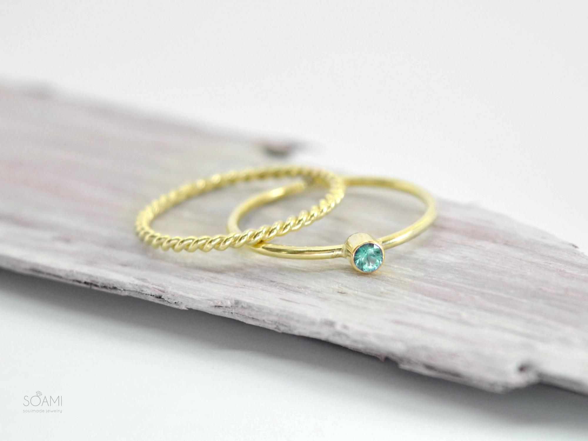 sada zlatých prstenů se smargdem