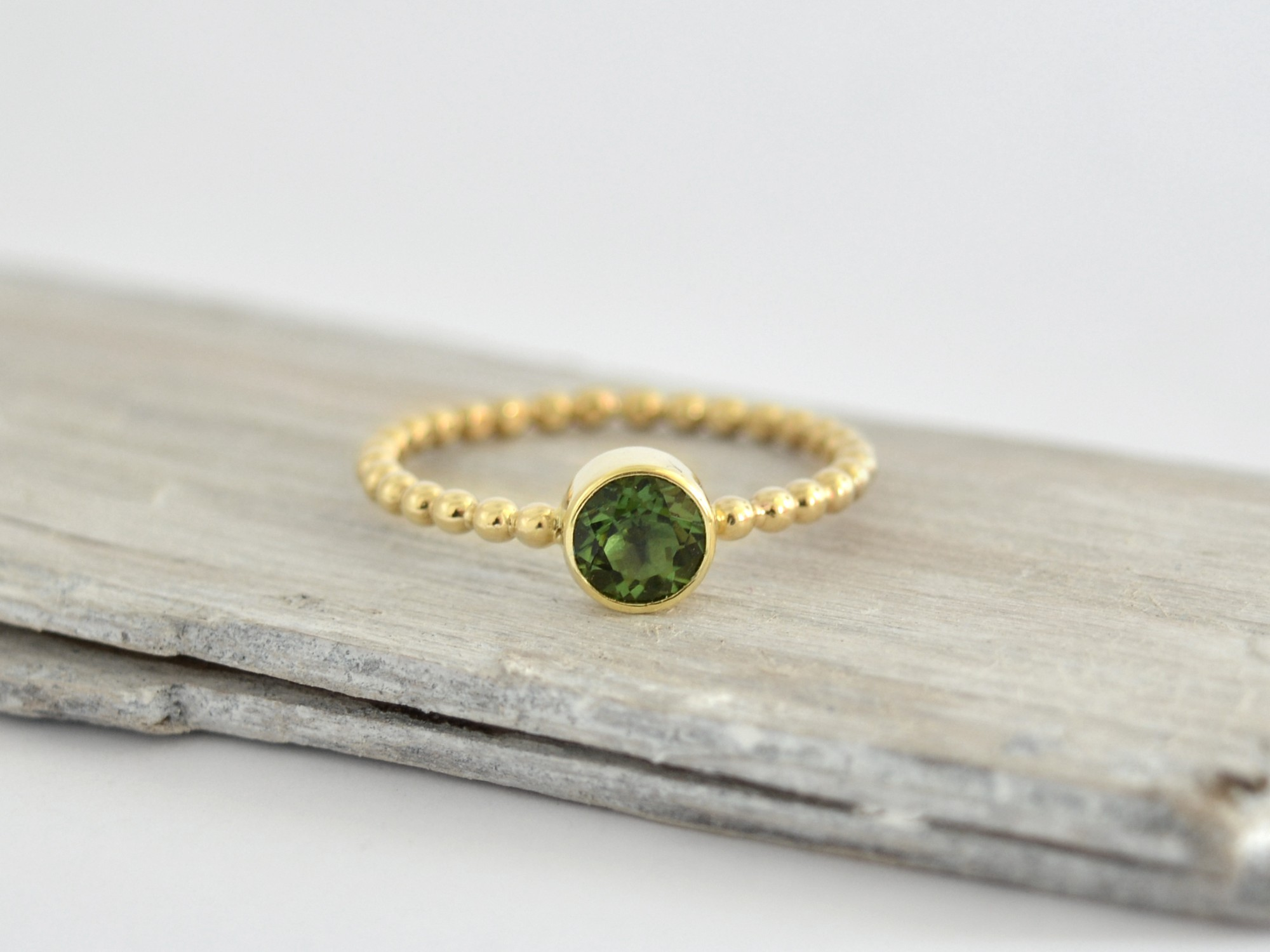 585 zlatý prsten s přírodním vltavínem