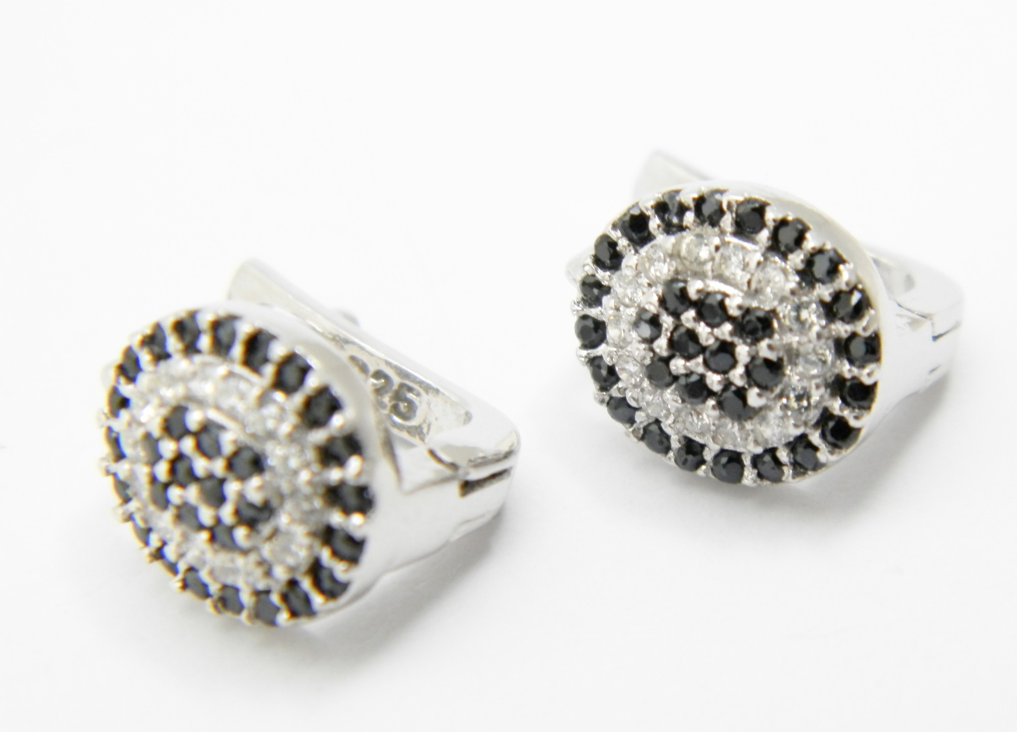 925/1000 stříbrné náušnice s černými a bílými zirkony Ovál