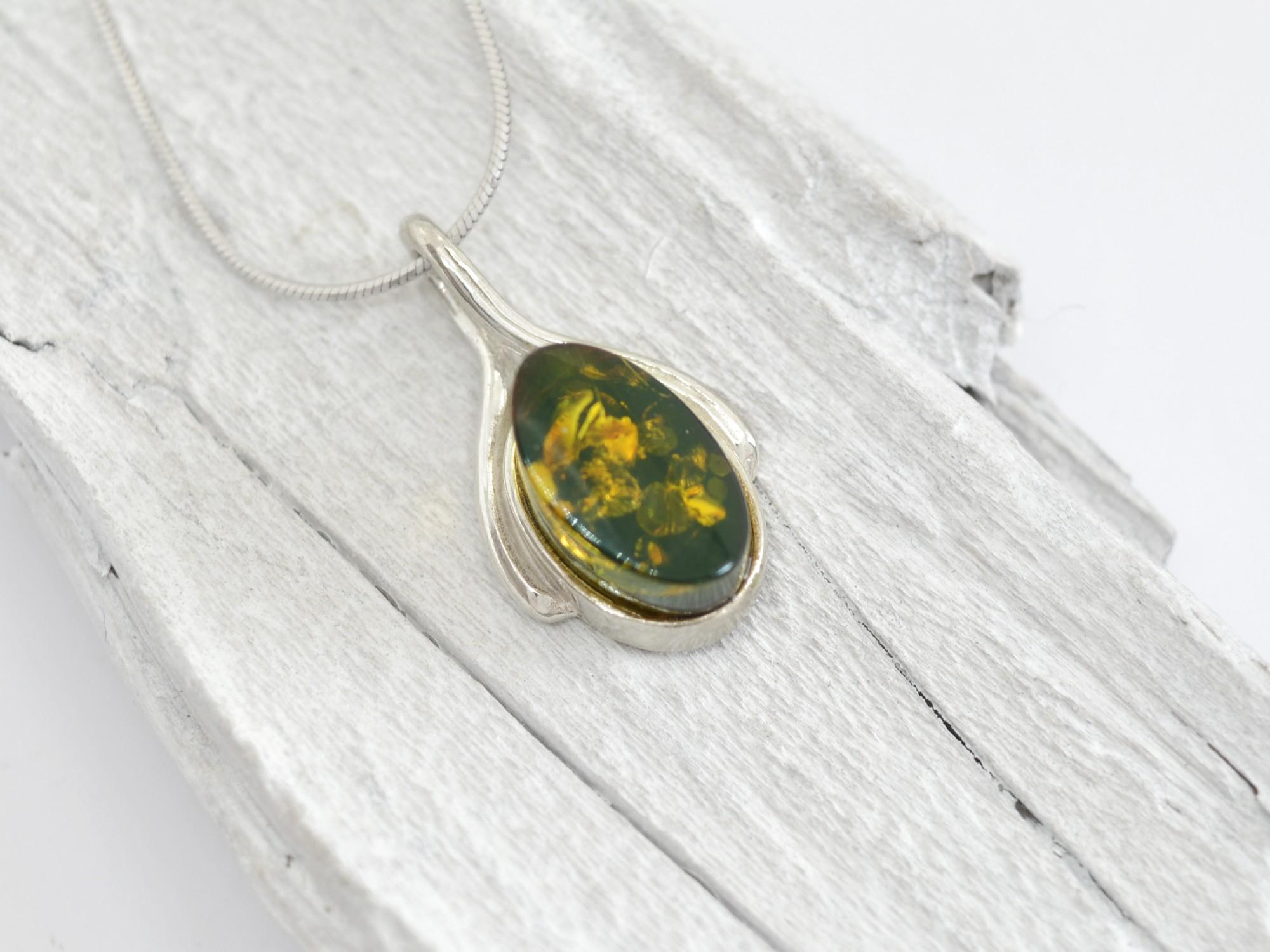 stříbrný přívěsek s jantarem Sluneční kámen