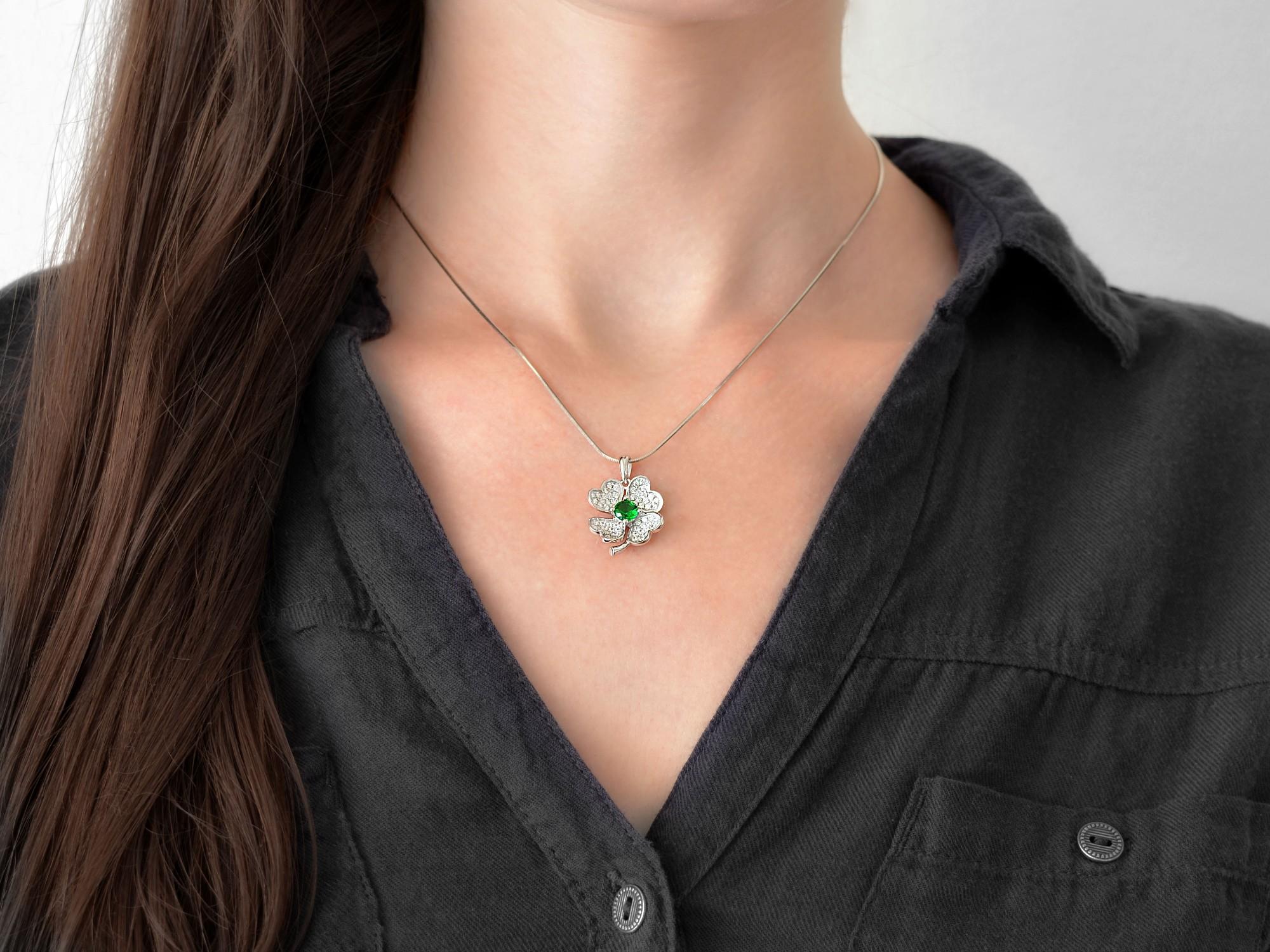 stříbrný přívěsek se zirkóny Čtyřlístek barvy smaragd