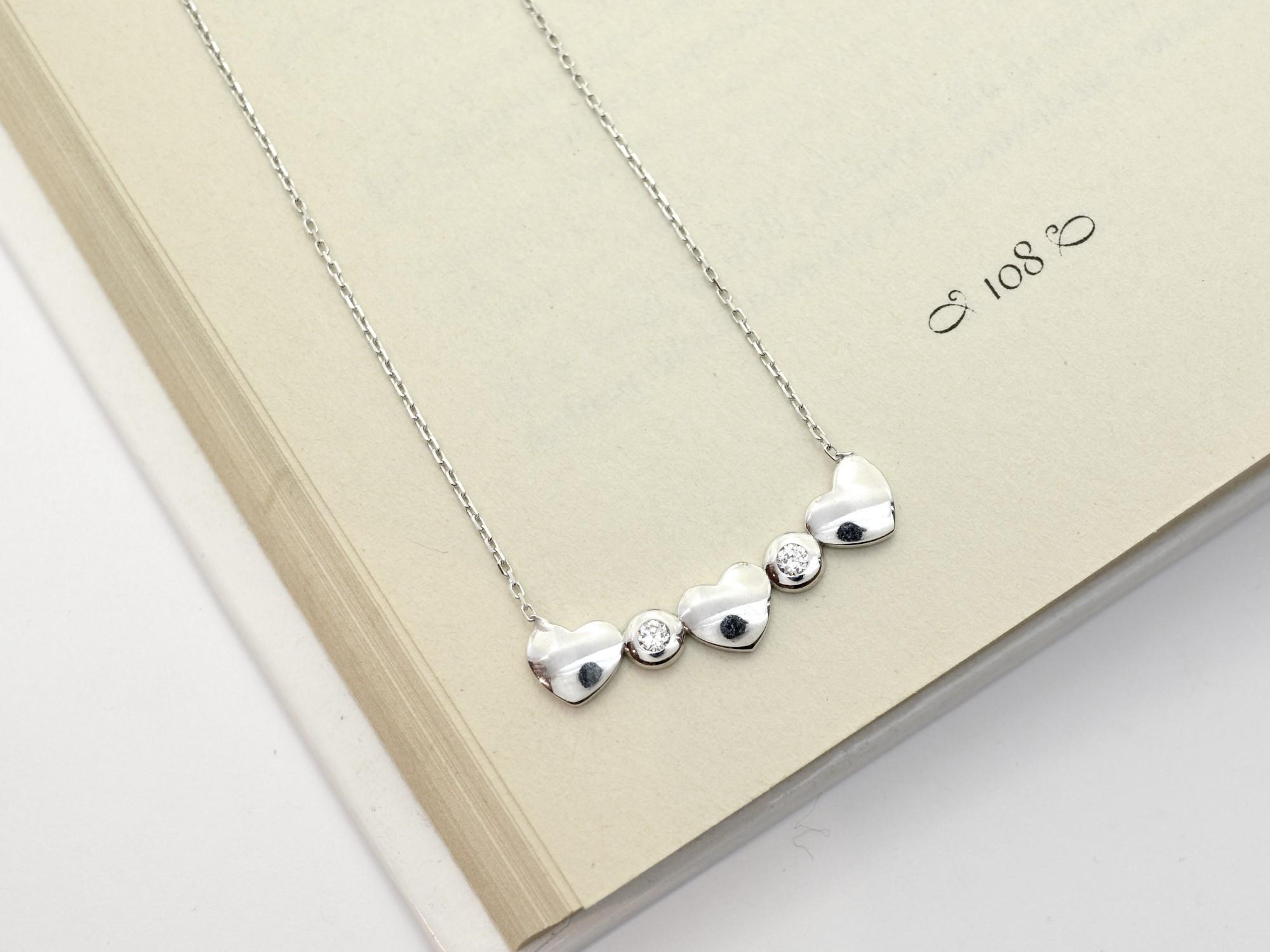 stříbrný náhrdelník se zirkony Tři srdíčka