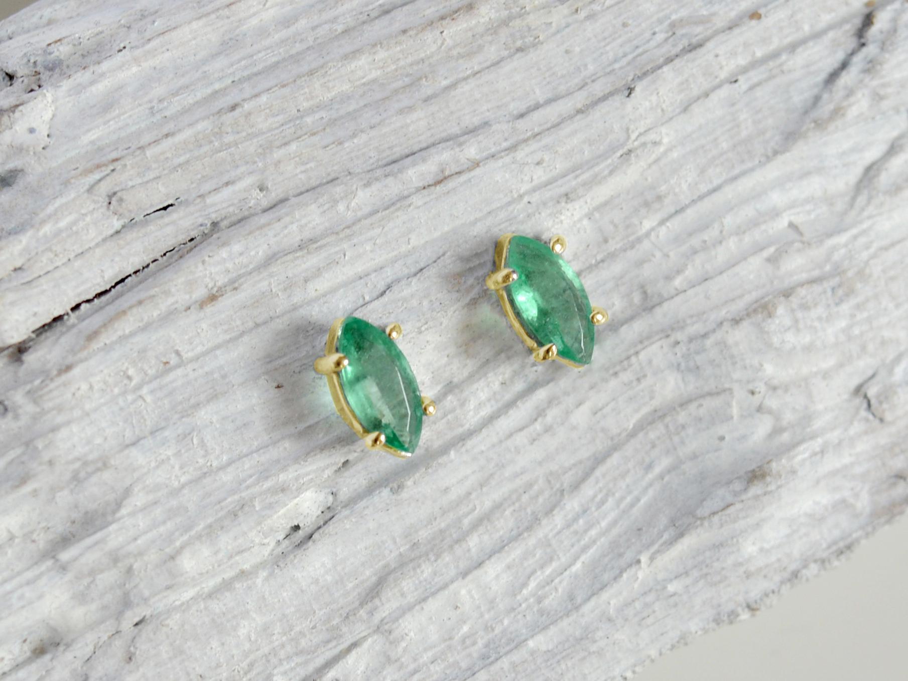 585/1000 zlaté náušnice s přírodním smaragdem Oko