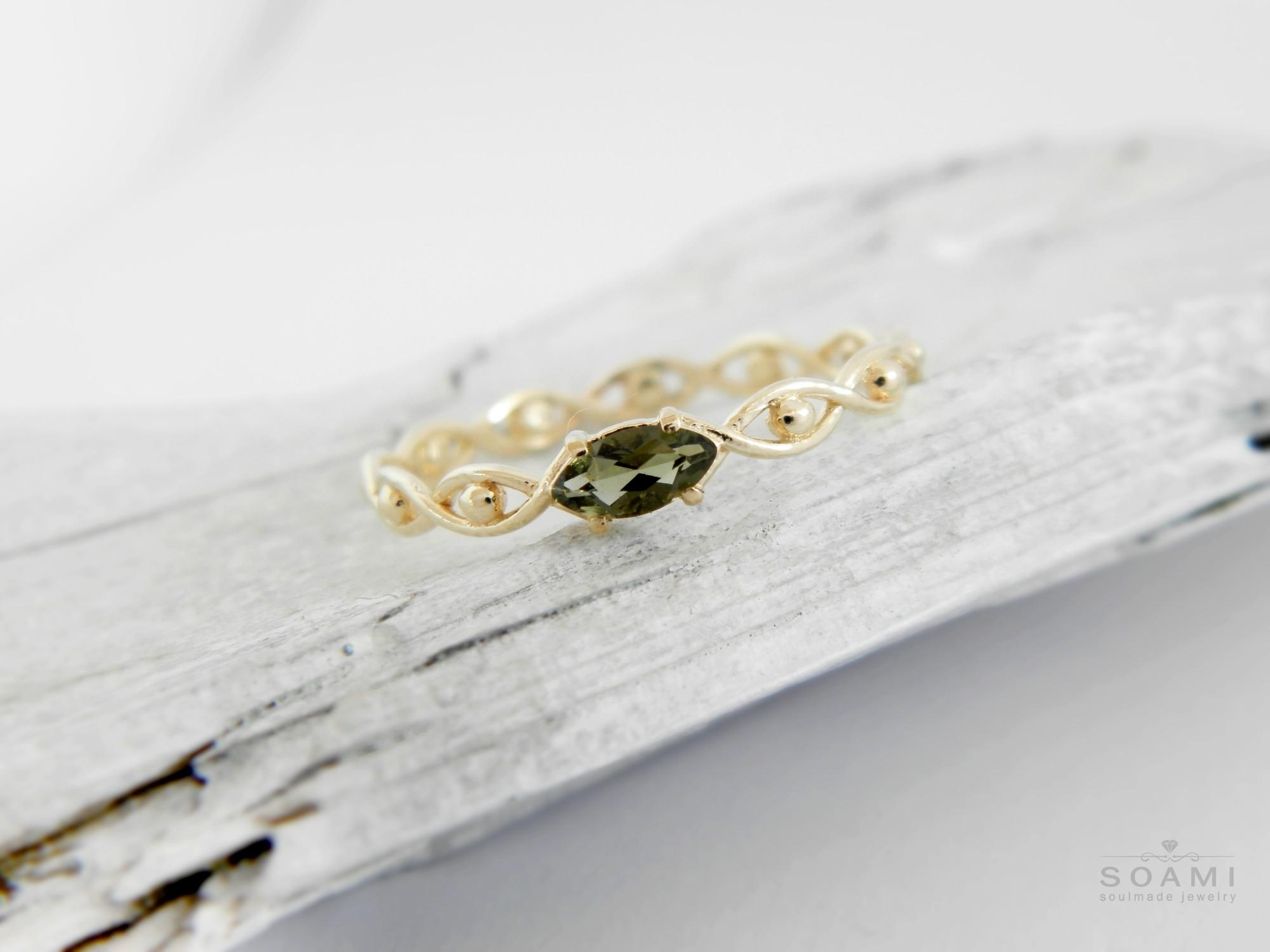 zlatý prsten s přírodním vltavínem Oko