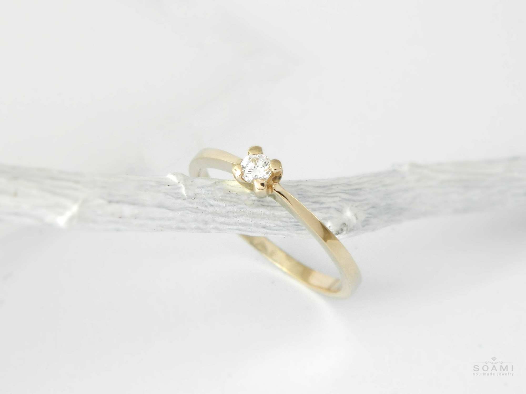 CERTIFIKÁT 585 Zlatý zasnubný prsten s přírodním diamantem