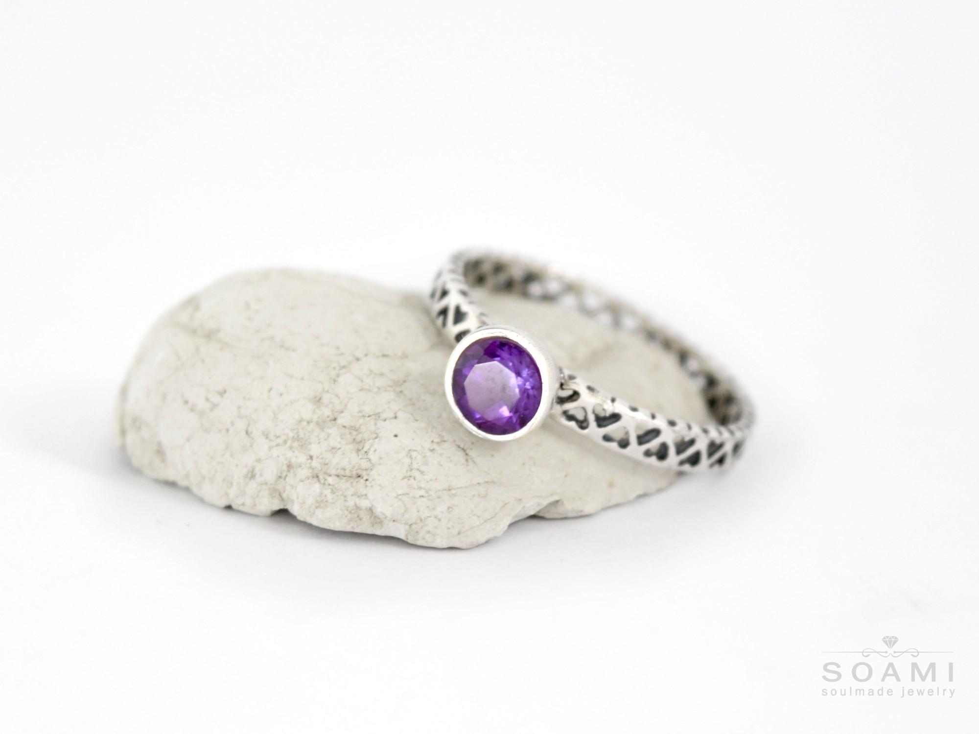 stříbrný prsten s přírodním ametystem Vi