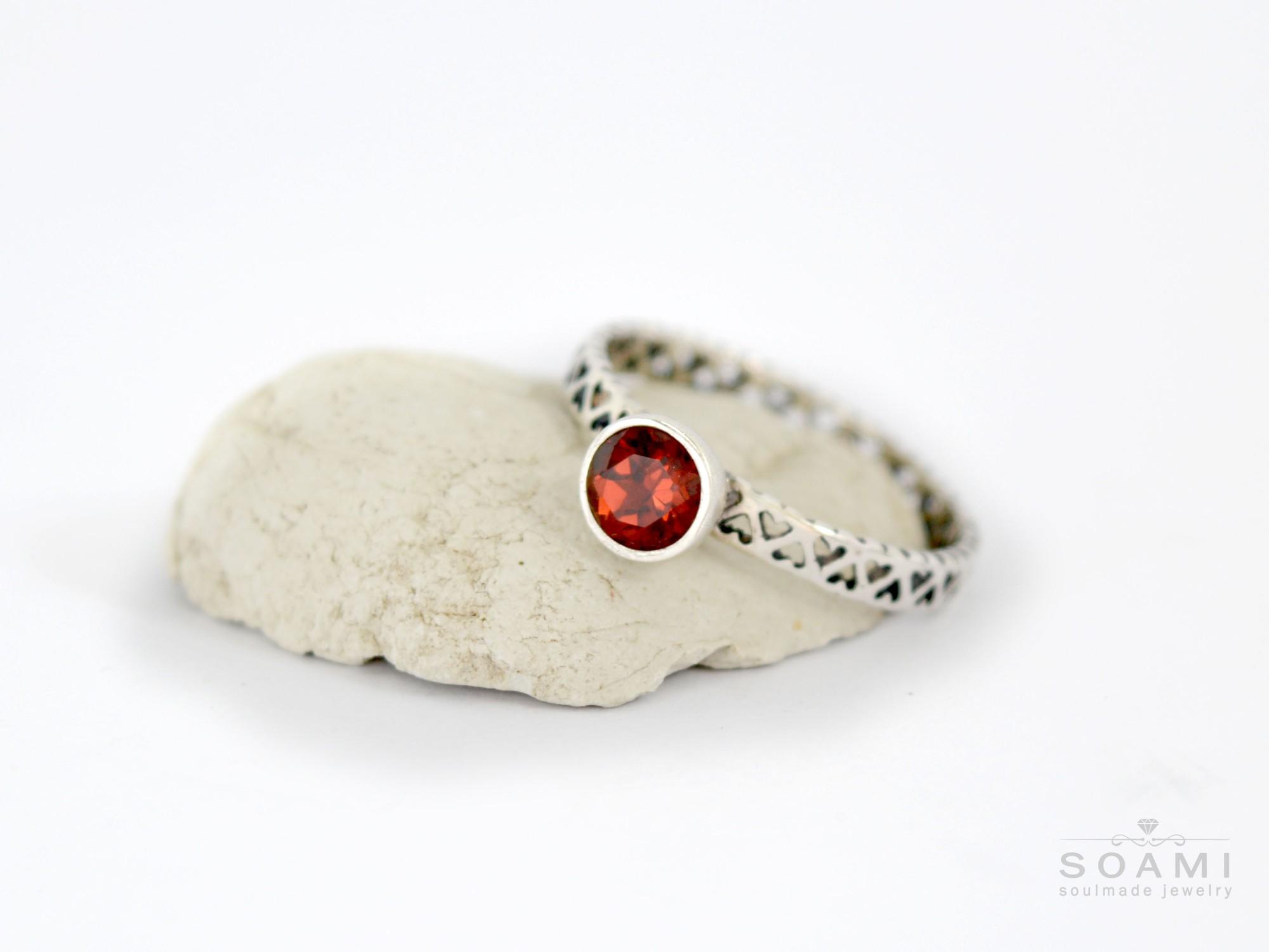 stříbrný prsten s přírodním granátem Gea