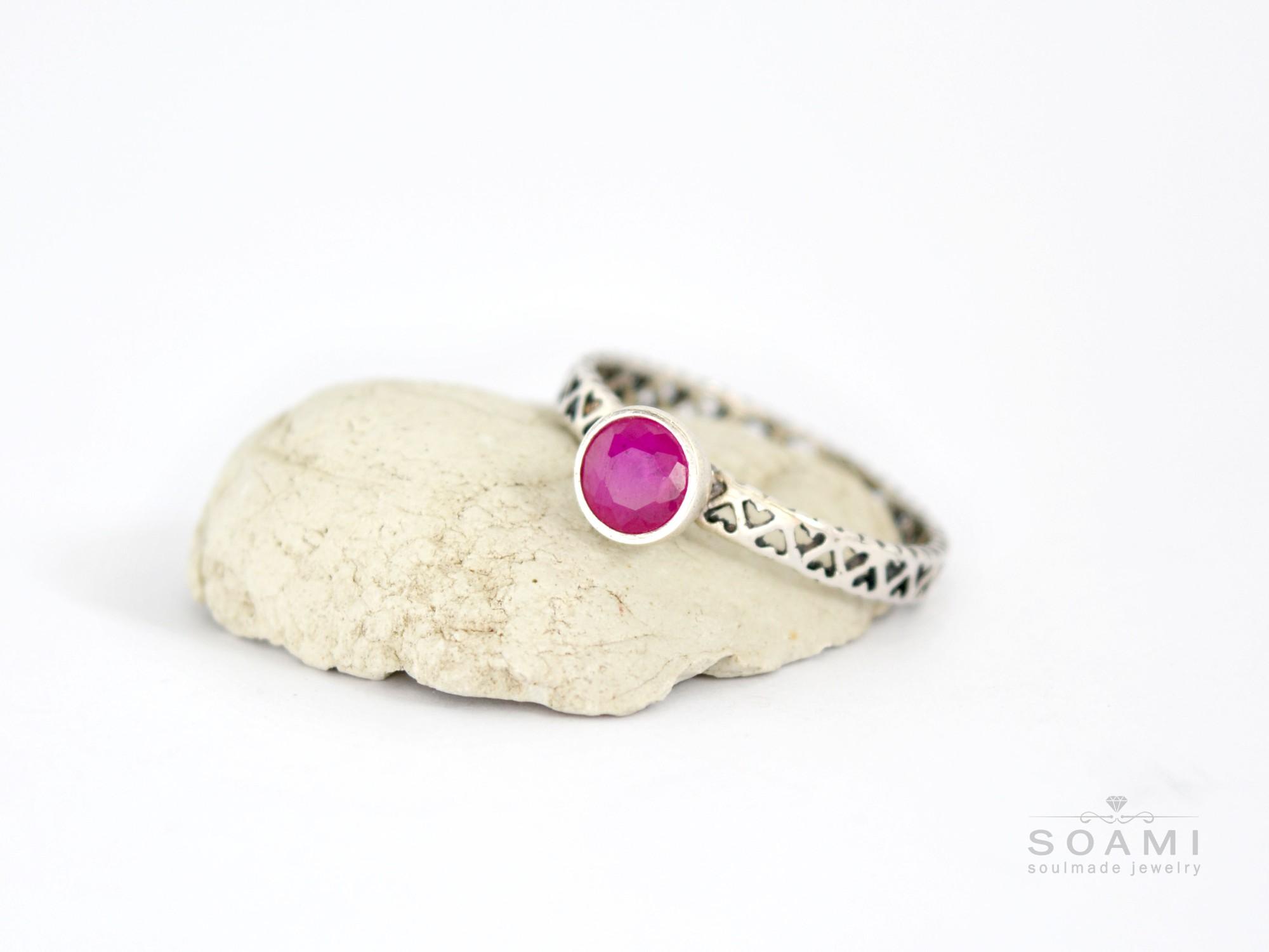 stříbrný prsten s přírodním rubínem Rubi