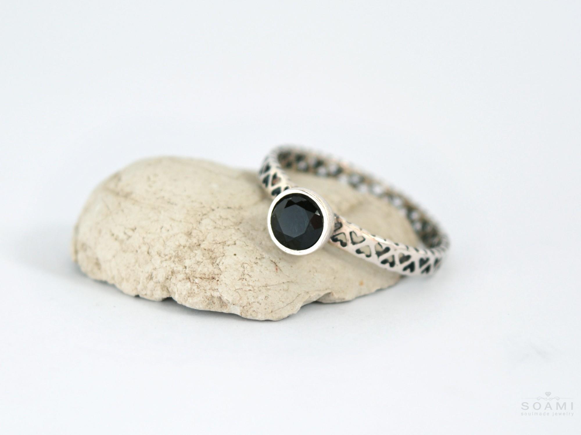 stříbrný prsten s přírodním černým turmalínem